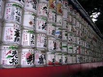 Barils de saké à un tombeau shinto au Japon image libre de droits