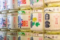 Barils de saké au temple japonais Image stock