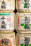 Barils de saké au temple japonais photos libres de droits