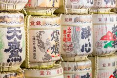 Barils de saké au temple japonais Images stock