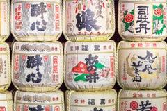 Barils de saké au temple japonais Photographie stock