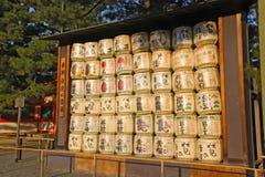 Barils de saké de décoration montrés au tombeau de Heian photo stock