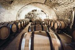 Barils de support de vin dans une rangée image stock
