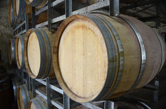 Barils de vin à un établissement vinicole dans les côtes d'Adelaïde Photos libres de droits