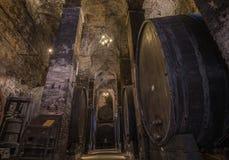 Barils de vin (botti) dans une cave de Montepulciano, Toscane image stock