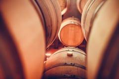Barils de vin dans la cave images stock