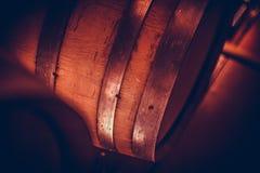 Barils de vin dans la cave photo libre de droits