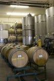 Barils de vin dans la cave photographie stock libre de droits