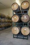 Barils de vin dans la cave de l'?tablissement vinicole photo stock