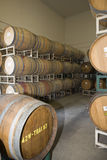 Barils de vin dans la cave de l'?tablissement vinicole image stock