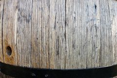 Barils de vin dans la cave foncée photos libres de droits