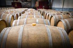 Barils de vin dans la cave de l'établissement vinicole images libres de droits