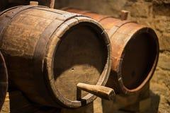 Barils de vin dans une cave photos stock
