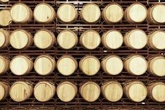 Barils de vin dans une cave vieillissante photos libres de droits