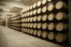 Barils de vin dans une cave vieillissante images libres de droits