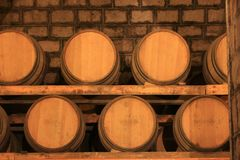 Barils de vin empilés dans la cave photo libre de droits