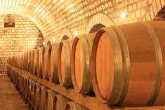 Barils de vin empilés dans la cave photos stock