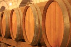Barils de vin empilés dans la cave images libres de droits