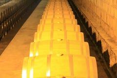 Barils de vin empilés dans la cave image stock