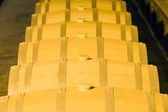 Barils de vin empilés dans la cave photographie stock
