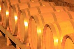 Barils de vin empilés dans la cave photos libres de droits