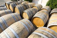 Barils de vin empilés dans la cave Photographie stock libre de droits