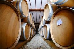 Barils de vin empilés dans la vieille cave d'établissement vinicole Image libre de droits