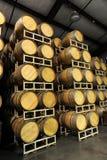 Barils de vin empilés dans le côté d'établissement vinicole photo libre de droits