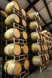 Barils de vin empilés dans le côté d'établissement vinicole images stock
