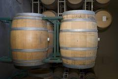 Barils de vin en bois dans la cave images libres de droits