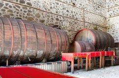 Barils de vin en bois dans une cave souterraine images libres de droits
