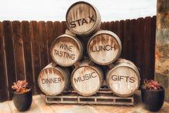 Barils de vin en bois images libres de droits