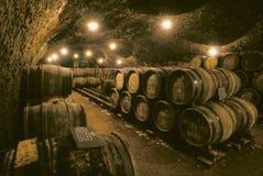 Barils de vin en caverne Photos stock