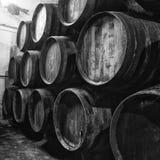 Barils de vin en noir et blanc images libres de droits