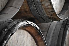 Barils de vin foncés pour enregistrer le vin de cru images libres de droits