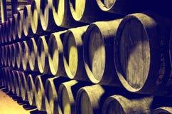 Barils de vin ou de whiskey empilé Photographie stock