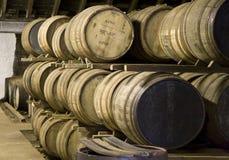 Barils de whiskey dans une distillerie photo libre de droits