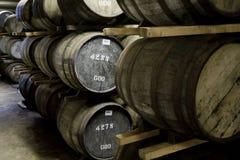 Barils de whiskey dans une distillerie photographie stock libre de droits