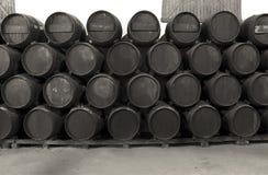Barils de whiskey ou de vin en noir et blanc photos stock