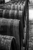 Barils de whiskey ou de vin en noir et blanc image stock