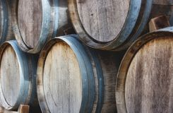Barils en bois empilés dans une pile avec du vin de cru photos stock
