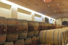 Barils en bois en vin de vieillissement de cave de vignoble photo stock