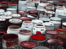 Barils en plastique de déchets toxiques à la décharge Photo libre de droits