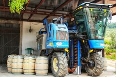 Barils et machines pour l'industrie vinicole dans un établissement vinicole dans Azeit photographie stock libre de droits