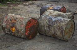 Barils grunges dans l'arrière-cour Photographie stock libre de droits