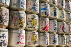 Barils japonais de saké enveloppés en paille empilée sur l'étagère Photographie stock libre de droits