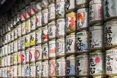 Barils japonais de saké enveloppés en paille empilée sur l'étagère Photos stock