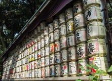 Barils japonais de saké enveloppés en paille empilée sur l'étagère Images libres de droits