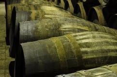Barils pour le whiskey ou le vin empilé Photo libre de droits