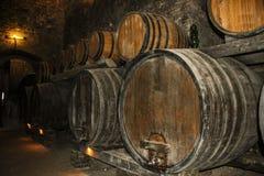 Barils pour stocker le vin dans une vieille cave photo libre de droits